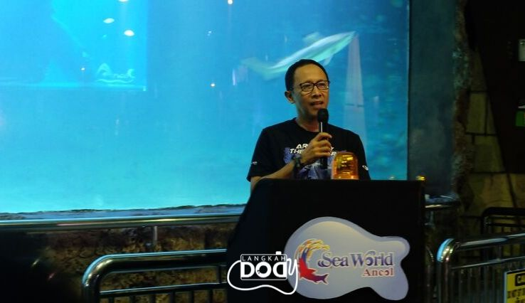 Bapak Riko Sudranto selaku Vice President Sea world Ancol  membuka acara  grand launching Face to Face: Live Feeding Shark.